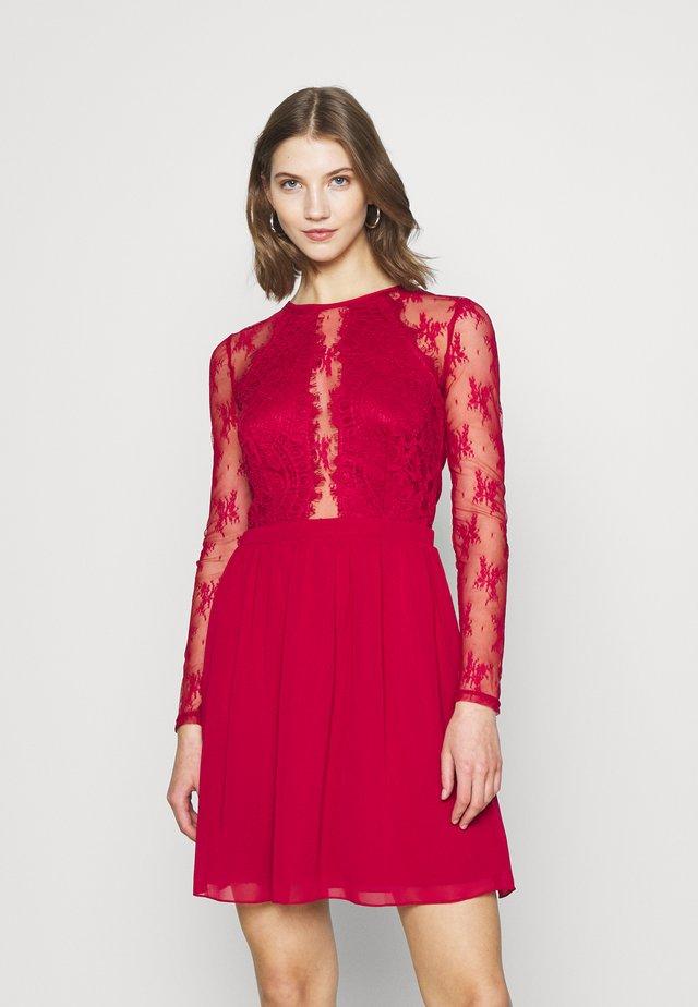 SOMETHING ABOUT HER DRESS - Vestido de cóctel - dark red