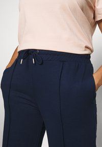 CAPSULE by Simply Be - PLEAT FRONT WIDE LEG JOGGERS - Trousers - navy - 4