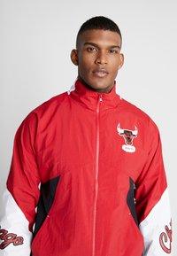 Mitchell & Ness - NBA CHICAGO BULLS MIDSEASON - Verryttelytakki - red - 4