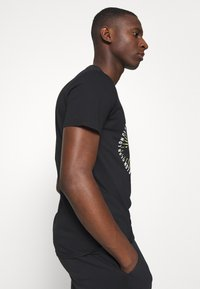 CLOSURE London - GUARD DOG TEE - Print T-shirt - black - 3