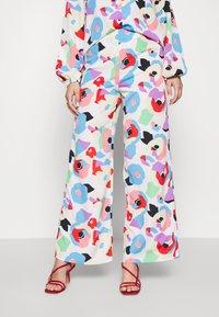 Never Fully Dressed - FREYA PRINT TROUSER - Trousers - multi - 0