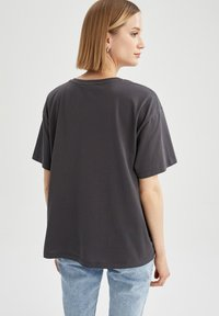 DeFacto - OVERSIZED - Print T-shirt - anthracite - 2