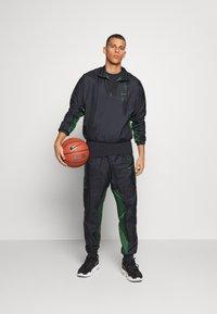Nike Performance - NBA MILWAUKEE BUCKS TRACKSUIT SET - Tepláková souprava - black/fir - 1