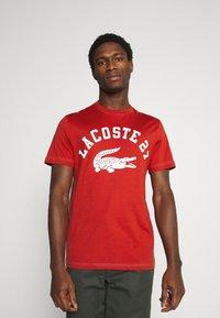 Lacoste - Print T-shirt - cinabre - 0