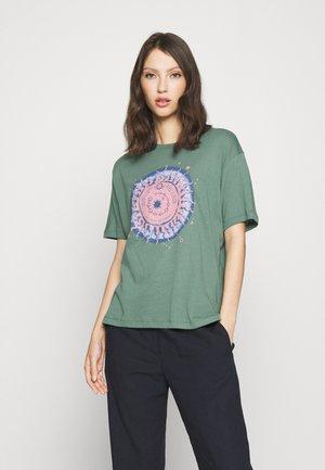 DREAMY TEE - Print T-shirt - green