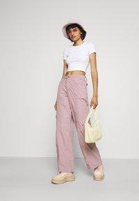BDG Urban Outfitters - 90S PANT - Pantaloni cargo - elderberry - 1