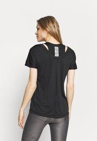 Puma - TRAIN FAVORITE CAT - T-shirts med print - black - 2
