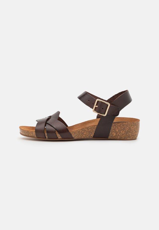 JADE - Sandalen met sleehak - brown