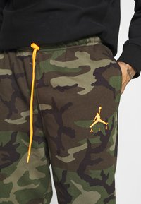 Jordan - JUMPMAN AIR CAMO PANT - Pantaloni sportivi - medium olive/total orange - 4