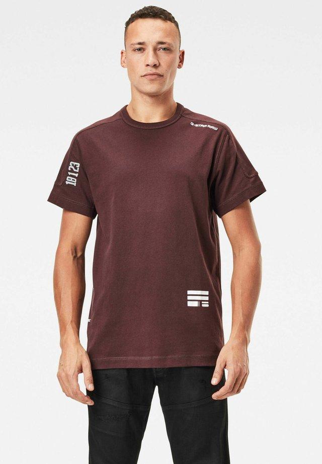MULTI LOGO KORPAZ - Print T-shirt - dk fig