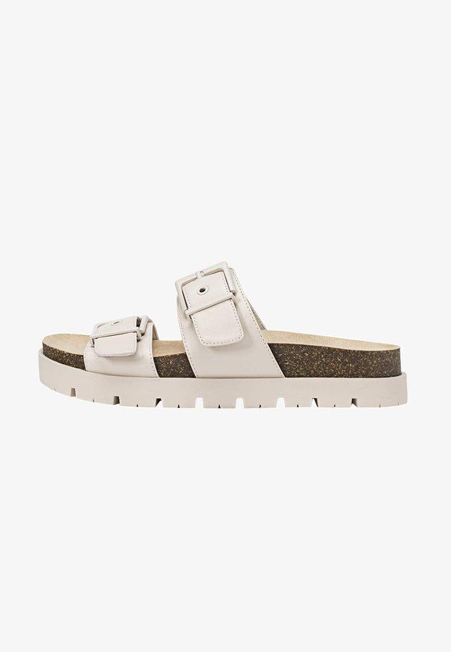 MIT SCHNALLEN  - Sandaler - off-white