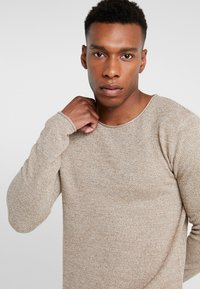 Selected Homme - SLHROCKY CREW NECK - Strikpullover /Striktrøjer - sepia/light grey melange - 4
