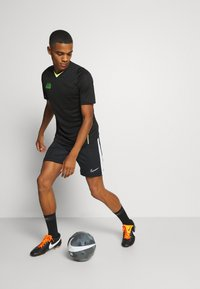 Nike Performance - DRY - Printtipaita - black/volt - 1