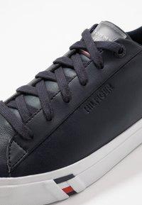 Tommy Hilfiger - CORPORATE - Sneakersy niskie - blue - 5