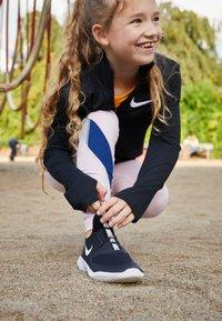Nike Performance - FLEX RUNNER UNISEX - Juoksukenkä/neutraalit - black/white - 2