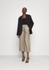 JUST FEMALE - ROY TROUSERS - Pantalon en cuir - grey - 1