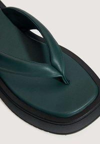OYSHO - MIT PLATEAUSOHLE  - Sandály s odděleným palcem - green - 6