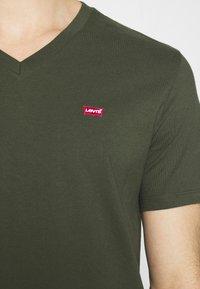 Levi's® - VNECK - T-shirt basique - greens - 4