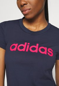 adidas Performance - ESSENTIALS SPORTS SLIM SHORT SLEEVE TEE - T-shirt z nadrukiem - dark blue/pink - 5
