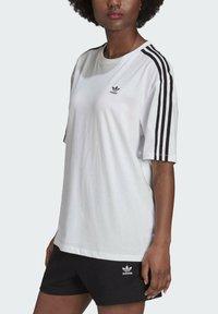 adidas Originals - OVERSIZED ADICOLOR RELAXED - Print T-shirt - white - 3