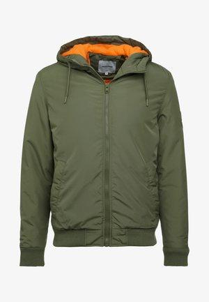 JCOSLOPE JACKET - Lehká bunda - winter moss/orange