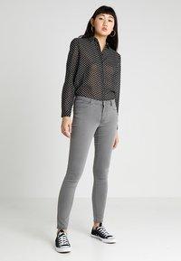 Vero Moda - VMJULIA FLEX IT - Jeans Skinny - light grey denim - 1