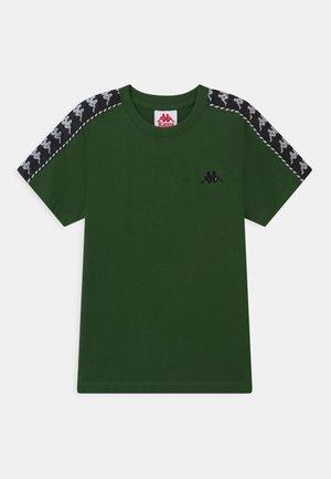ILYAS UNISEX - T-shirt con stampa - greener pastures