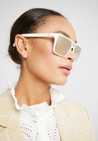 Guess - Sluneční brýle - white - 3