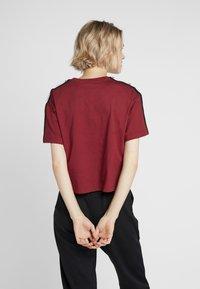 Champion - CREWNECK CROP - Print T-shirt - red - 2