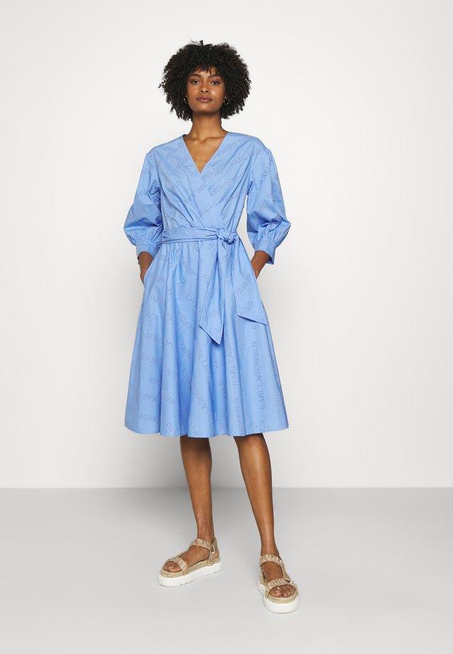 LOGO EMBROIDERED SHIRT DRESS - Korte jurk - bluebell