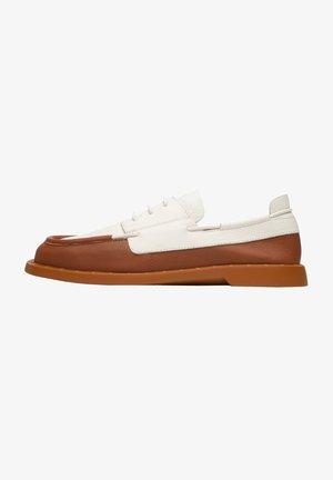 JUDDIE - Boat shoes - braun