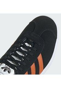 adidas Originals - GAZELLE SHOES - Matalavartiset tennarit - cblack/foxora/ftwwht - 7