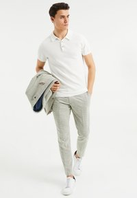 WE Fashion - SLIM FIT  - Trousers - green - 1