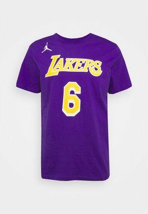 NBA LEBRON JAMES LOS ANGELES LAKERS STATEMENT NAME & NUMBER TEE - Klubové oblečení - court purple