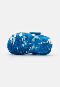 Crocs - CLASSIC CLOG - Pool slides - bright cobalt/white - 4