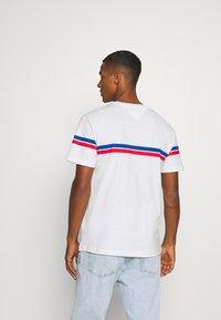 Tommy Jeans - STRIPE MOUNTAIN TEE UNISEX - Print T-shirt - white - 2