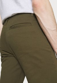 Newport Bay Sailing Club - Chino kalhoty - khaki - 3