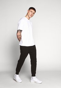 Nike Sportswear - CLUB - Teplákové kalhoty - black/black/dark grey/(white) - 1