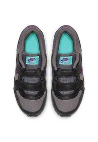 Nike Sportswear - MD RUNNER 2 BPV - Trainers - gunsmoke/black/hyper violet - 1