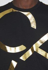 Calvin Klein - GOLD BIG - Print T-shirt - black - 4