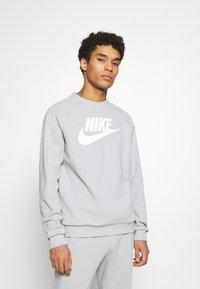 Nike Sportswear - MODERN - Bluza - smoke grey/white - 0
