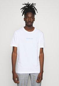 Calvin Klein - SHADOW LOGO  - T-shirt con stampa - white - 0