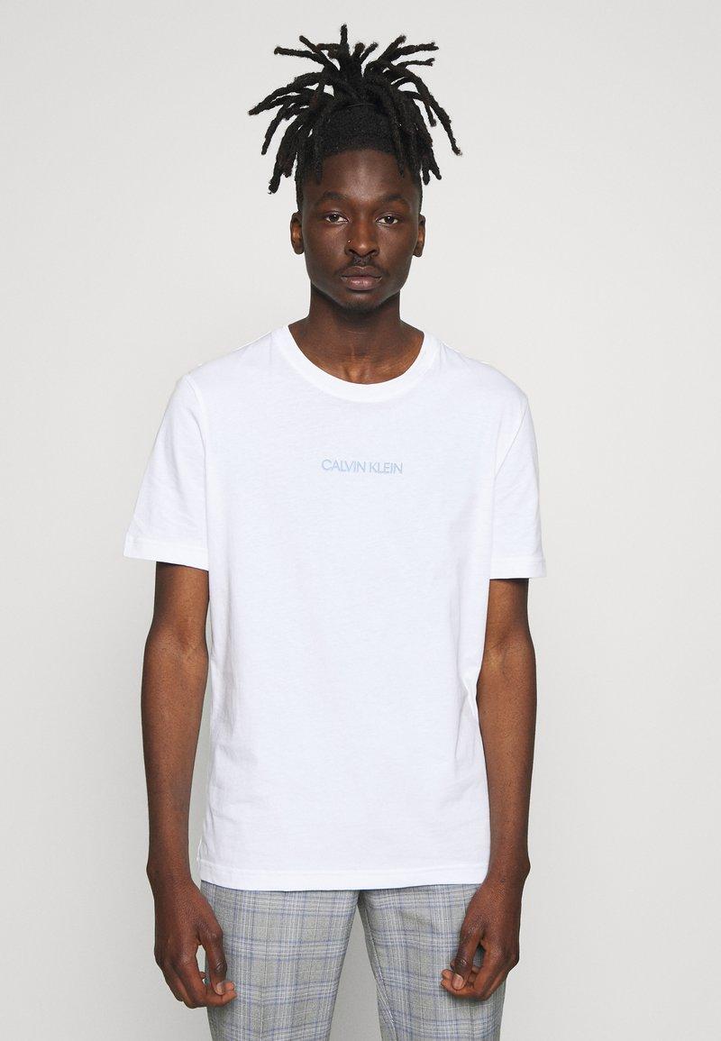 Calvin Klein - SHADOW LOGO  - T-shirt con stampa - white