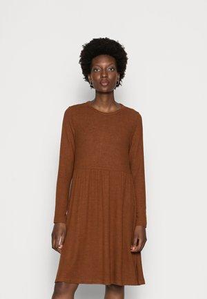COZY MINIDRESS - Robe pull - amber brown melange