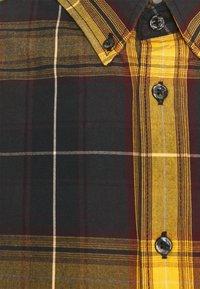 Wrangler - BUTTON DOWN SHIRT - Skjorta - spruce yellow - 4