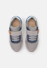 Geox - ALBEN BOY WWF - Sneakersy niskie - grey/royal - 3