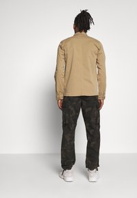 BY GARMENT MAKERS - THE ORGANIC WORKWEAR JACKET - Summer jacket - camel - 2