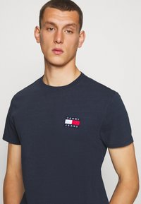 Tommy Jeans - BADGE TEE - T-shirt basique - twilight navy - 3
