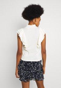 Pieces - PCLUCY - Print T-shirt - cloud dancer - 2