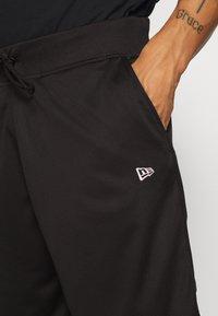 New Era - SHORT REVERSIBLE - Sports shorts - red/black - 4